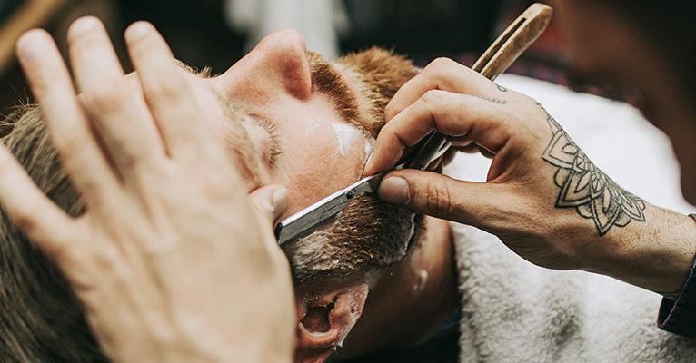 Mann wird rasiert